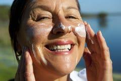 sunscreen för cancerskyddshud Arkivbild