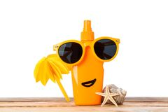 Sunscreen kiść z okularami przeciwsłonecznymi, rozgwiazdą, seashell i dekoracyjną palmą na drewnianym stole, odizolowywającym na  obrazy royalty free