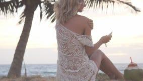 Sunscreenkonditionkvinna som applicerar solkräm Sportig härlig lycklig kvinna med kräm- applicerande solskydd för solbränna stock video