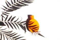 Sunscreenkräm, lägger framlänges med tropisk palmbladskugga royaltyfria foton
