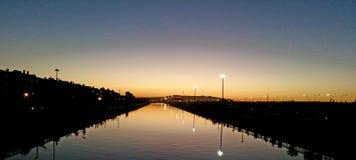 Sunsdown en el río Foto de archivo