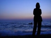 Sunse de mer de shiluette de jeune fille Images libres de droits