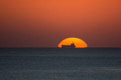 Sunseht derrière un bateau Image libre de droits