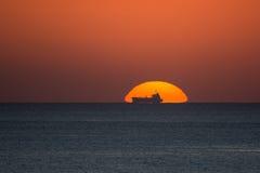 Sunseht detrás de una nave Imagen de archivo libre de regalías