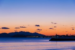 Sunsen im Winter auf dem Meer in Toskana Stockbild