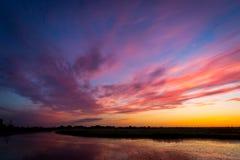 Sunser över floden Royaltyfri Bild