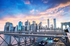 Sunser trafik över den Brooklyn bron royaltyfri fotografi