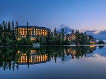 Sunsest πέρα από τη λίμνη Strbske Pleso βουνών στη Σλοβακία Στοκ φωτογραφίες με δικαίωμα ελεύθερης χρήσης