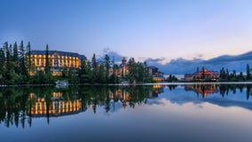 Sunsest över bergsjön Strbske Pleso i Slovakien Royaltyfri Fotografi