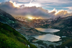 Sunset五在tatra山的湖谷 免版税库存图片