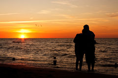 Sunset on a beach - Love couple silhouette Royalty Free Stock Photos
