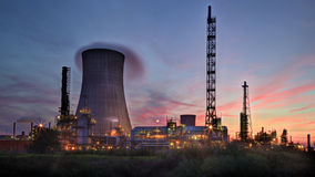 Sunset behind the refinery Royalty Free Stock Photos