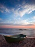 Sunset.Boat på kust. fotografering för bildbyråer