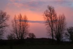 The sunset colors the clouds reddish Royalty Free Stock Photos