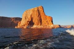 Sunset illuminate the rocks on the shore Royalty Free Stock Photos