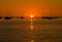 Sunset in Nai Harn beach and sailboat silhouette. Phuket, Thaila Stock Images