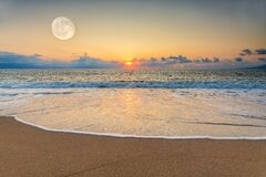 Free Sunset Ocean Moon Royalty Free Stock Photo - 198398215