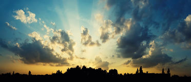 Sunset over the city. The sun shining through low cloud Royalty Free Stock Photography