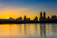 Sunset over Jacqueline Kennedy Onassis Reservoir and buildings i Royalty Free Stock Photo