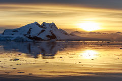 Sunset over the mountains and drifting icebergs at Lemaire Strai Royalty Free Stock Images