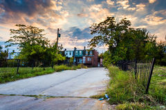 Sunset over a street and abandoned rowhouses in Baltimore, Maryl Royalty Free Stock Photos