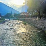 Sonnenuntergang am Fluss von Meran. Sunset on the river of Meran Royalty Free Stock Image