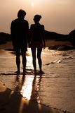 Sunset silhouette of young couple in love hugging Royalty Free Stock Photos