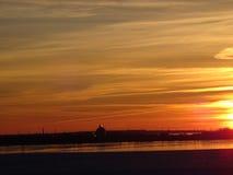 Sunsets is mooi in nacht op het overzees Stock Foto's