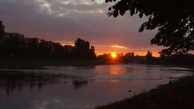 Sunsetsunset de la orilla del río en el fondo del uzgorod almacen de metraje de vídeo