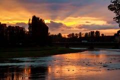 Sunsetsunset för flodbank på bakgrunden av uzgoroden arkivbild