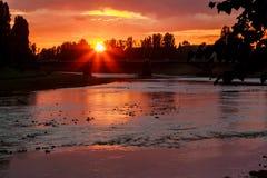 Sunsetsunset för flodbank på bakgrunden av uzgoroden royaltyfria foton