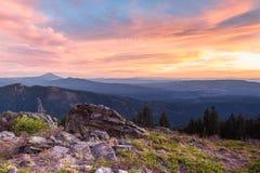 Sunsetting über den Bergen lizenzfreies stockfoto