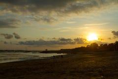 Sunsetting alla spiaggia di Mertanadi fotografia stock