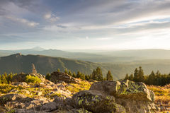 Sunsetting au-dessus des montagnes Photo stock