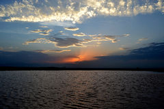 Sunsetting en el horizonte imagenes de archivo