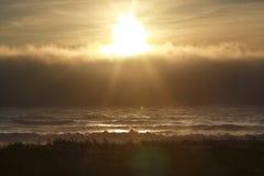 Sunsetting hinter Wolken Lizenzfreie Stockbilder