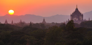 Sunsetting sobre bagan, myanmar (Burma) Fotos de Stock Royalty Free