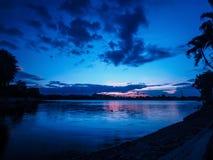 Sunsetting w odbicia jeziorze niebieskie niebo Obraz Stock