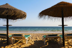 Sunshades και ήλιος-κρεβάτια Στοκ Εικόνες