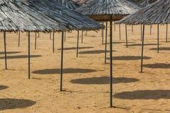 Sunshades στην παραλία Στοκ Φωτογραφίες