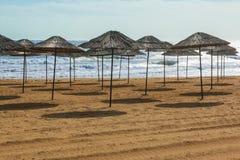 Sunshades στην παραλία Στοκ Εικόνες