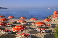 Sunshades op het strand in Frankrijk Royalty-vrije Stock Foto