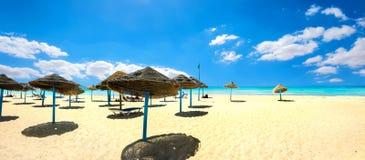 Sunshades op het zandige strand bij zonnige dag Nabeul, Tunesië, Nort Royalty-vrije Stock Afbeeldingen