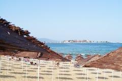 Sunshades op strand royalty-vrije stock foto's