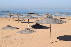 Sunshades rzuca kurenda cienie na plaży obraz stock