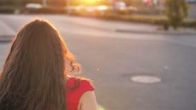Sunshine Young Smiling Woman with Curly Hair Regardez la caméra, le sourire marchant dans les rues Portrait Heureux, été clips vidéos