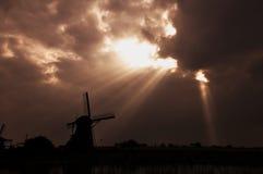 Sunshing för väderkvarnen av Kinderdijk royaltyfria foton