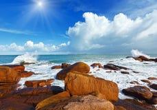 Sunshiny άποψη Βρετάνη, Γαλλία ακτών Ploumanach Στοκ εικόνες με δικαίωμα ελεύθερης χρήσης