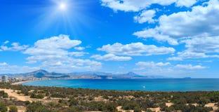 Sunshiny Benidorm kust Spanien Arkivfoto