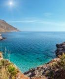 Sunshiny overzeese baai in Zingaro Park, Sicilië, Italië royalty-vrije stock foto